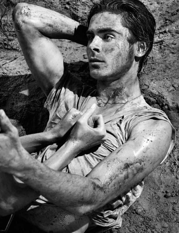 Una sensuale immagine di Zac Efron che posa per la rivista Interview Magazine