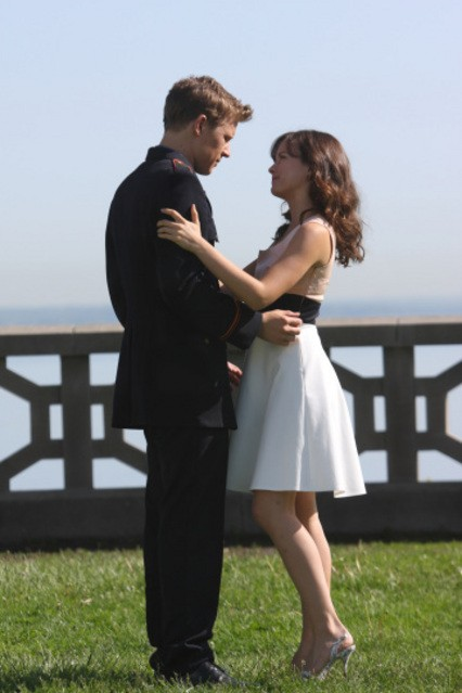 Christopher Egan ed Allison Miller in una scena del pilot della serie Kings