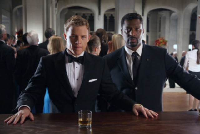 Christopher Egan ed Eamonn Walker in una scena del pilot della serie Kings