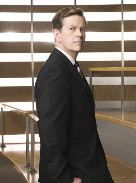 Dylan Baker è William Cross in una foto promozionale della serie Kings