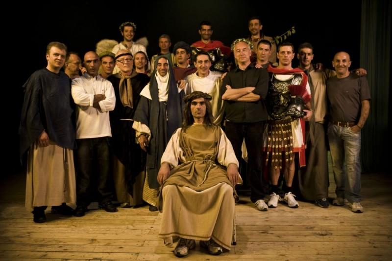 Foto di gruppo per i detenuti della Casa Circondariale 'Lorusso e Cutugno' di Torino, insieme al regista Davide Ferrario, sul set del film Tutta colpa di Giuda