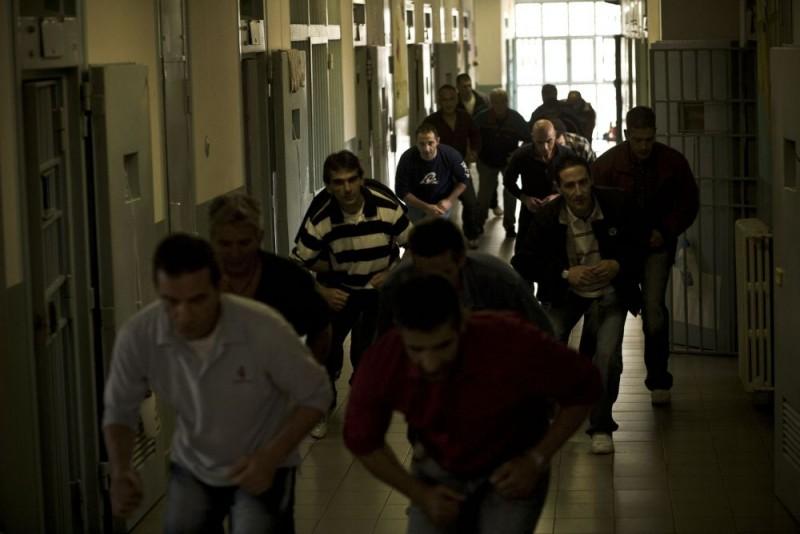 I detenuti della Casa Circondariale 'Lorusso e Cutugno' di Torino in una scena del film Tutta colpa di Giuda