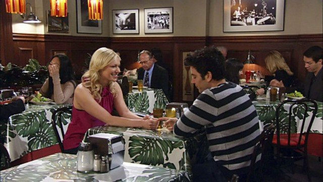 Josh Radnor e la guest star Laura Prepon in una scena dell'episodio Sorry, Bro di How I Met Your Mother