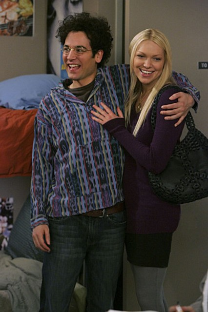 Josh Radnor e Laura Prepon in una scena dell'episodio Sorry, Bro di How I Met Your Mother