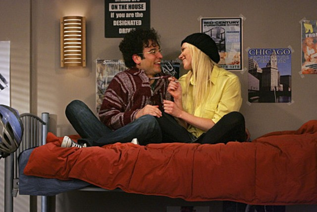 Josh Radnor e Laura Prepon in un momento dell'episodio Sorry, Bro di How I Met Your Mother
