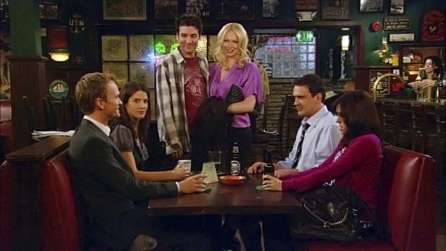 La guest star Laura Prepon con gli altri del cast in una scena dell'episodio Sorry, Bro di How I Met Your Mother