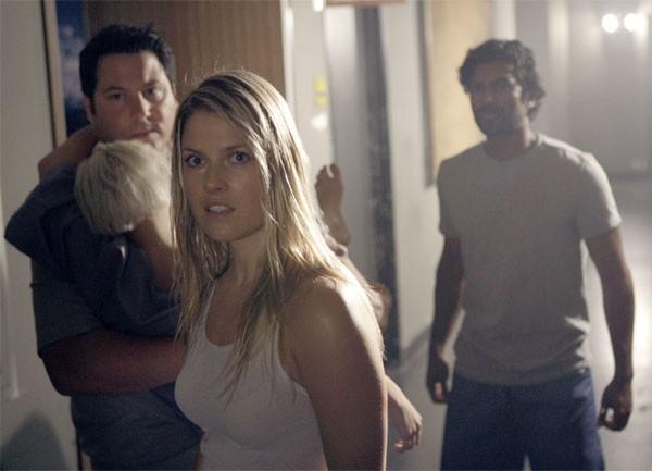 Ali Larter, Greg Grunberg, Brea Grant e  Sendhil Ramamurthy in una scena di Cold Snap dalla terza stagione di Heroes