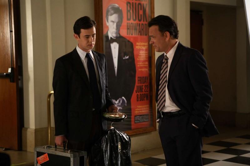 Colin Hanks e Tom Hanks in una scena del film The Great Buck Howard