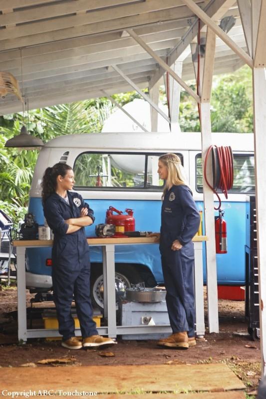 Elizabeth Mitchell ed Evangeline Lilly in una scena dell'episodio He's Our You di Lost