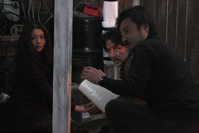 Kyoko Koizumi, Koji Yakusho e Kiyoshi Kurosawa in una scena del film Tokyo Sonata