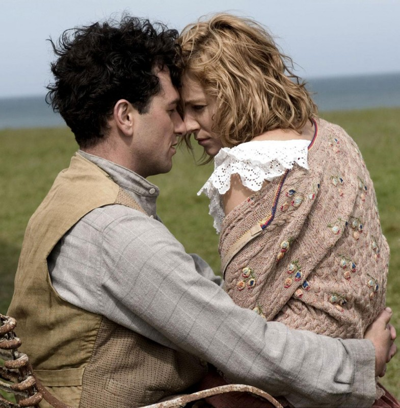 Matthew Rhys e Sienna Miller in una scena del film The Edge of Love