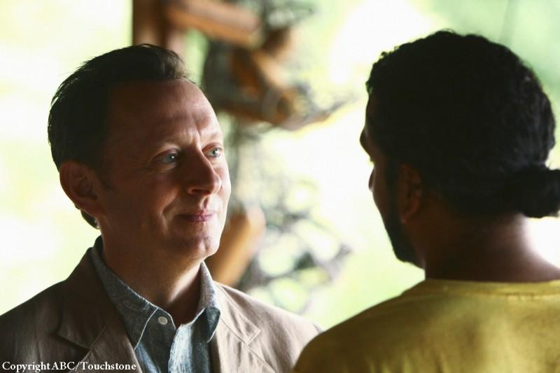 Michael Emerson e Naveen Andrews (di spalle) nell'episodio He's Our You di Lost