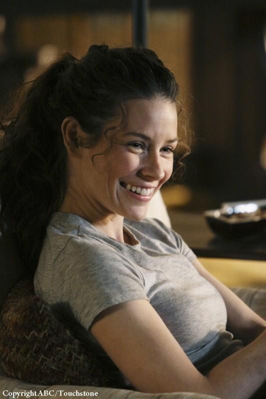 Una sorridente Evangeline Lilly nell'episodio Whatever Happened, Happened di Lost