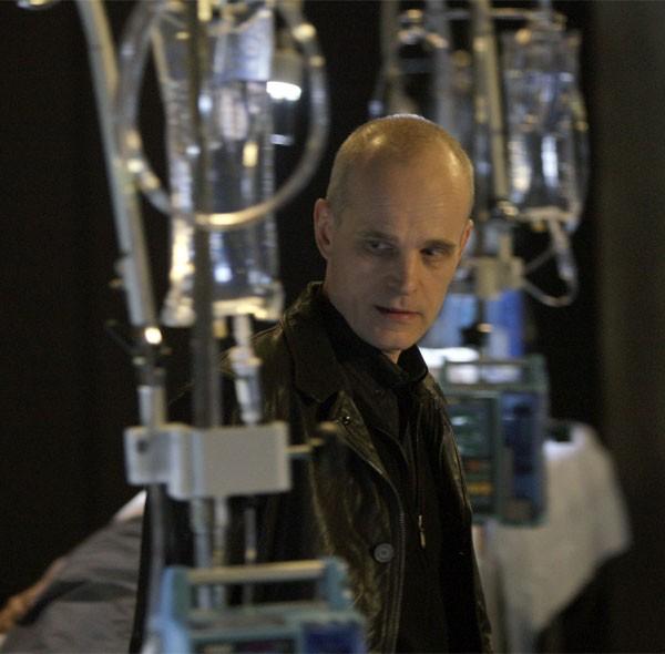 Zeljko Ivanek in una scena di Cold Snap dalla terza stagione di Heroes