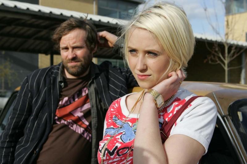 Ardal O'Hanlon e Lily Loveless in una foto promozionale dell'episodio 'Naomi' della terza stagione della serie tv Skins