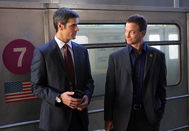 Eddie Cahill e Gary Sinise in un momento dell'episodio 'Communication Breakdown' della serie tv CSI - New York