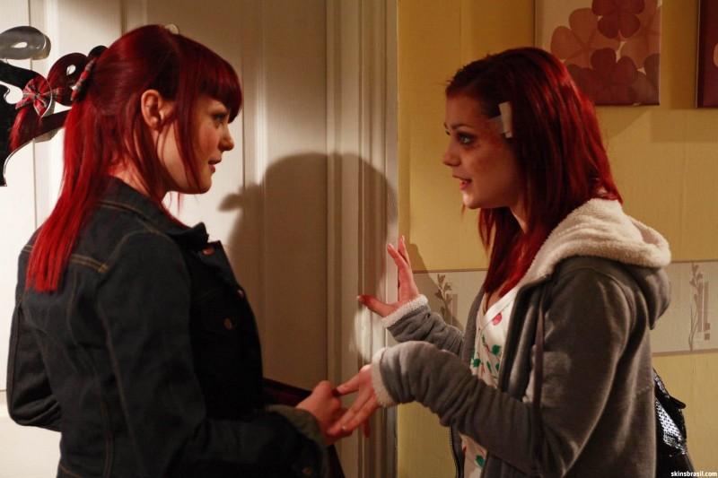 Kathryn Prescott e Megan Prescott in un'immagine promozionale dell'episodio 'Katie & Emily' della terza stagione della serie Skins