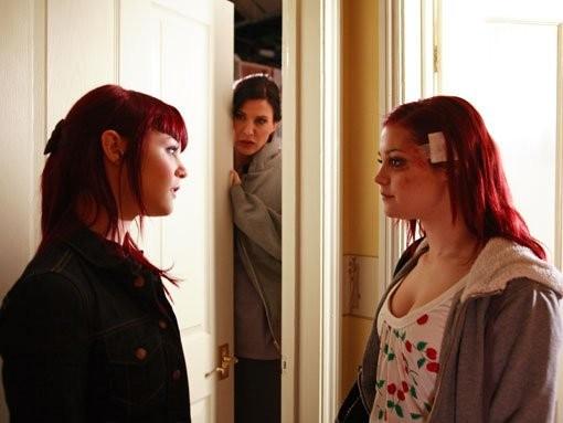 Kathryn Prescott e Megan Prescott in una foto promozionale dell'episodio 'Katie & Emily' della terza stagione della serie tv Skins