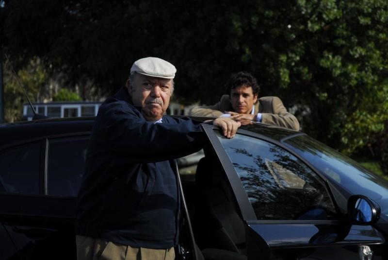 Lino Banfi e Blas Roca Rey in una sequenza del film tv Scusate il disturbo