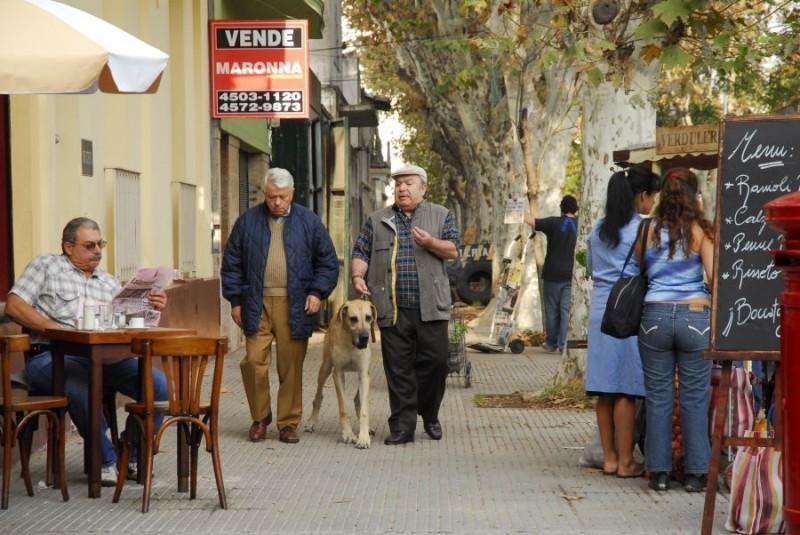 Lino Toffolo e Lino Banfi in una scena del film tv Scusate il disturbo
