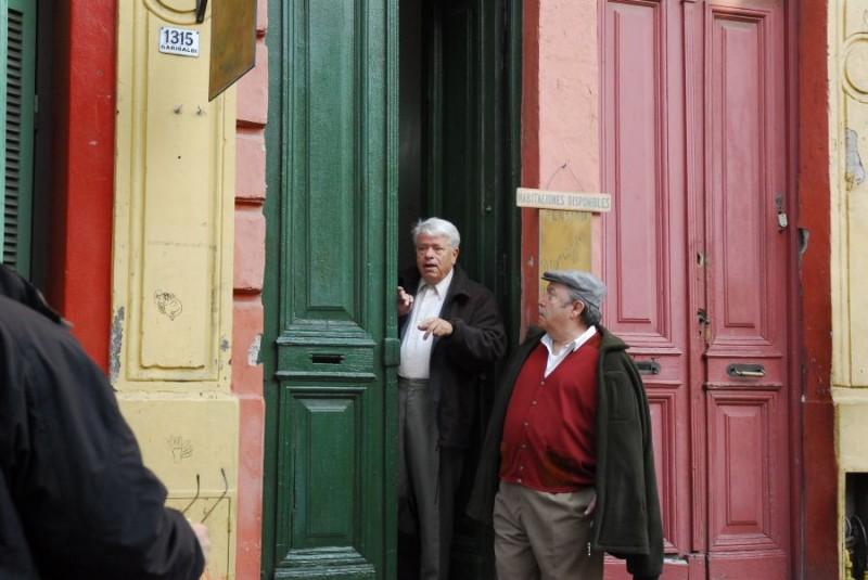 Lino Toffolo e Lino Banfi in una scena del tv movie Scusate il disturbo
