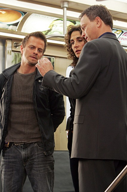 Melina Kanakaredes, Carmine Giovinazzo e Gary Sinise nell'episodio 'Communication Breakdown' della serie tv CSI - New York