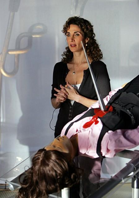Melina Kanakaredes durante la ricostruzione di un dellitto nell'episodio 'Prey' della serie televisiva CSI - NY