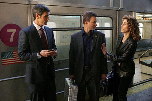 Melina Kanakaredes insieme a Eddie Cahill e Gary Sinise nell'episodio 'Communication Breakdown' della serie tv CSI - New York