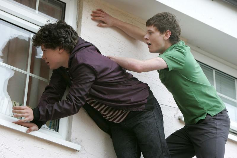 Ollie Barbieri e Jack O'Connell in una foto promozionale dell'episodio 'Pandora' della terza stagione della serie tv Skins