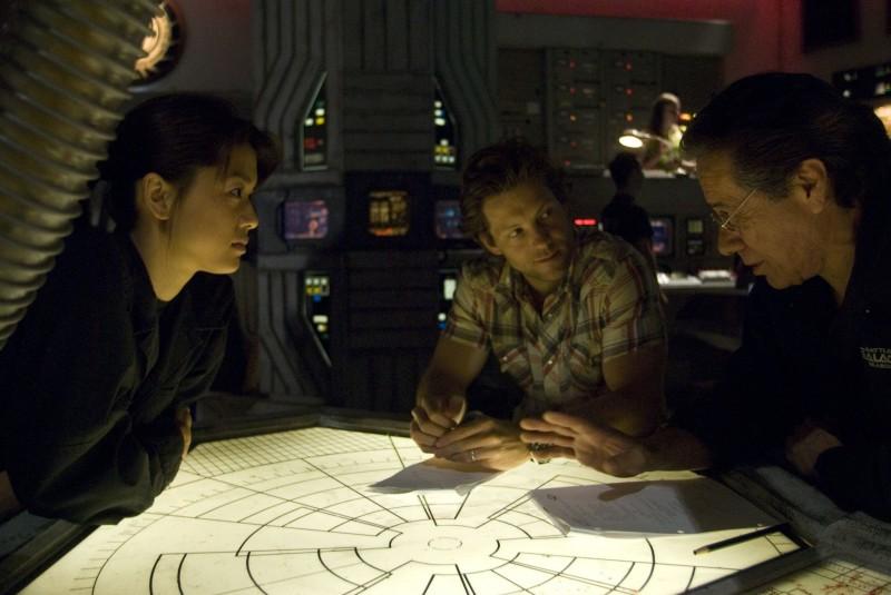 Edward James Olmos, Grace Park e Jamie Bamber sul set dell'episodio 'Daybreak: Part 2', finale della serie Battlestar Galactica