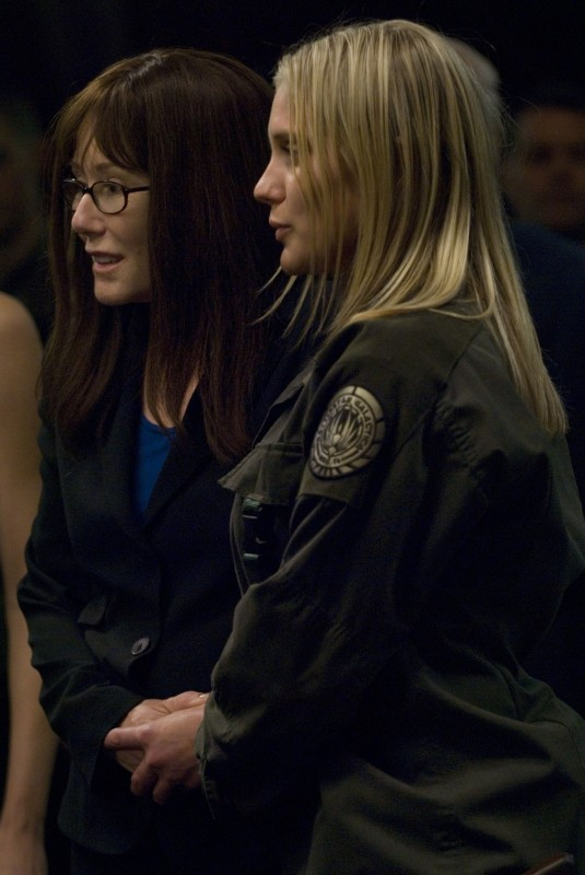 Katee Sackhoff insieme a Mary McDonnell nell'episodio 'Daybreak: Part 1' dell'ultima stagione di Battlestar Galactica