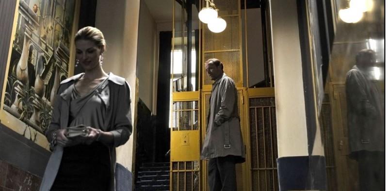 Paulina Bakarova e Iain Glen in una scena del film Il caso dell'infedele Klara
