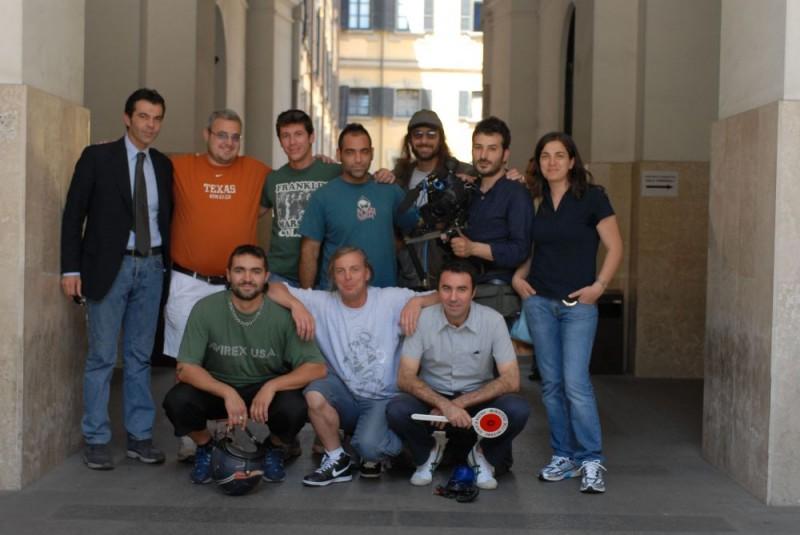 Una foto di gruppo sul set del film Sbirri