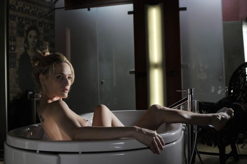 Una sensuale immagine di Laura Chiatti, nuda in vasca in una scena sexy del film Il caso dell'infedele Klara