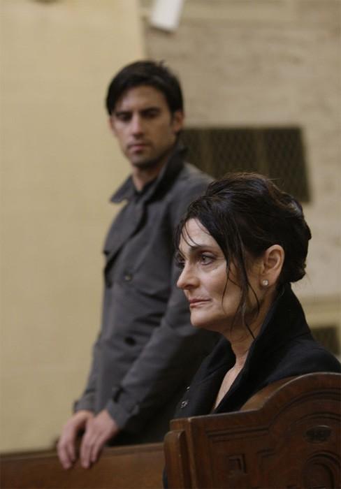 Cristine Rose e Milo Ventimiglia in una scena di Into Asylum dalla terza stagione di Heroes