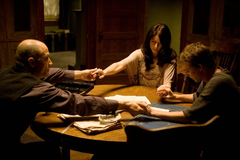 Elias Koteas, Amanda Crew e Kyle Gallner in una scena del film The Haunting in Connecticut