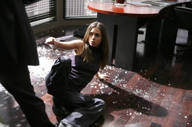 Eliza Dushku in una scena d'azione dell'episodio Spy in the House of Love di Dollhouse