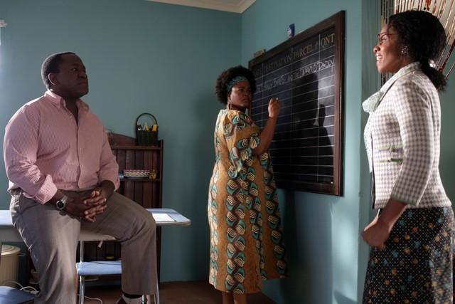 Jill Scott e Lucian Msamati in una scena della serie The No. 1 Ladies' Detective Agency