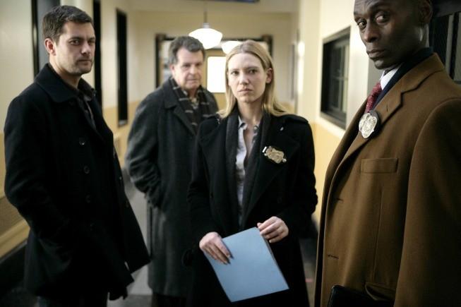Joshua Jackson, Lance Reddick, John Noble ed Anna Torv in una scena dell'episodio Inner Child di Fringe