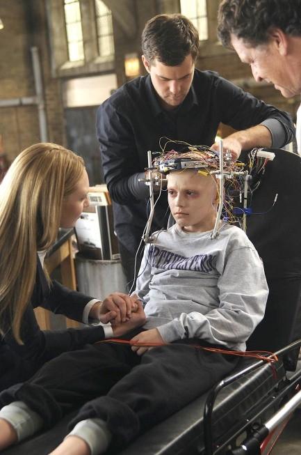 Joshua Jackson, Spencer List ed Anna Torv in una scena dell'episodio Inner Child di Fringe