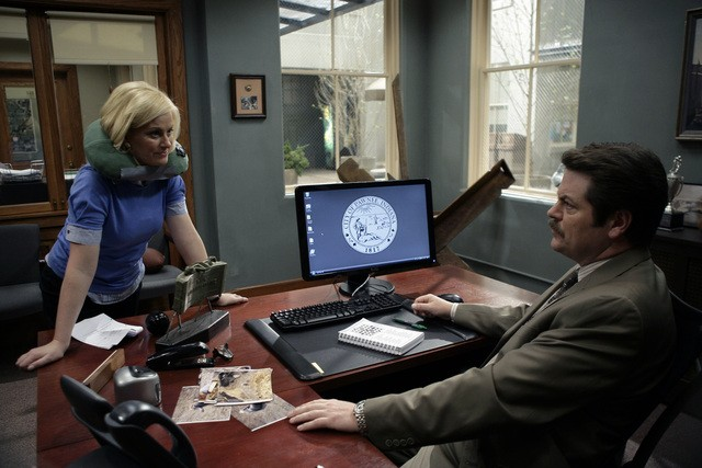 Nick Offerman ed Amy Poehler in una scena del pilot di Parks and Recreation