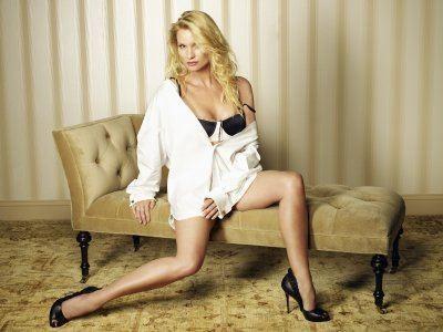 Nicollette Sheridan è la l'agente immobiliare Edie Britt in una immagine promo della quinta stagione di Desperate Housewives
