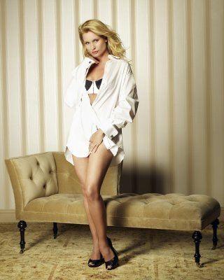 Nicollette Sheridan è la mangiauomini Edie Britt in una immagine promo della quinta stagione di Desperate Housewives