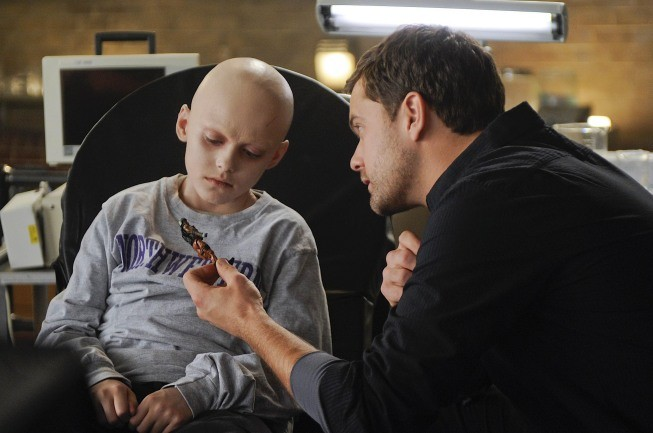 Spencer List e Joshua Jackson in una scena dell'episodio Inner Child di Fringe