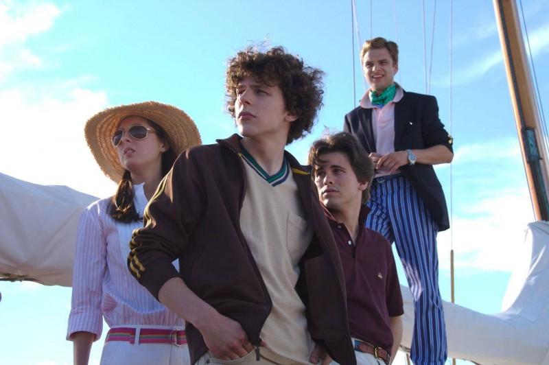 Eva Amurri, Jesse Eisenberg e Jason Ritter in una scena del film The Education of Charlie Banks