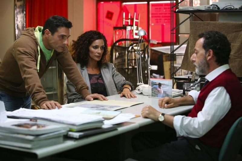 Marco Leonardi, Simona Cavallari e Alfredo Pea in una scena della serie tv Squadra Antimafia - Palermo oggi