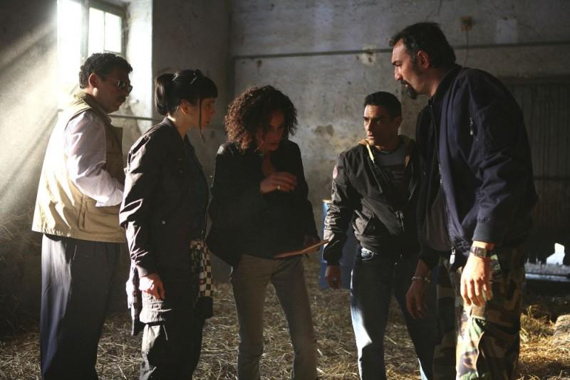 Ninni Bruschetta, Silvia De Santis, Simona Cavallari, Marco Leonardi e Raffaele Vannoli in una scena della serie tv Squadra Antimafia - Palermo oggi