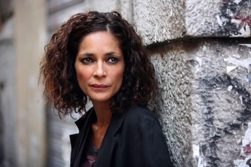 Simona Cavallari in una sequenza della serie tv Squadra Antimafia - Palermo oggi