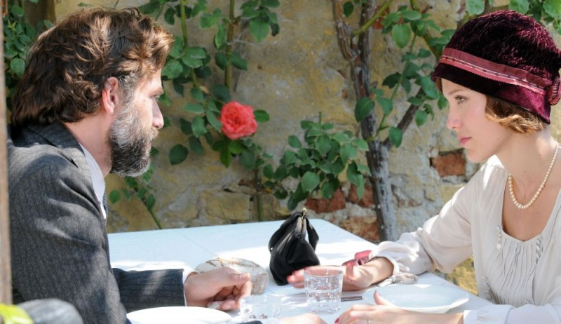 Johannes Brandrup e Gabriella Pession in una sequenza del film per la tv Lo smemorato di Collegno