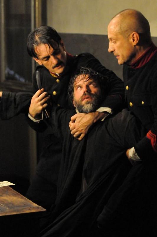 Johannes Brandrup in una scena del film tv Lo smemorato di Collegno